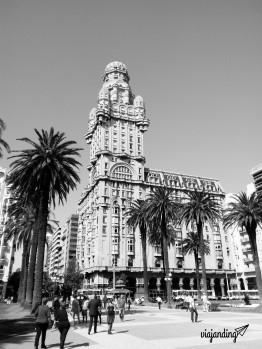 El Palacio Salvo visto desde la Plaza