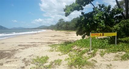 Un cartel de una playa de Cairns, alertando sobre los cocodrilos